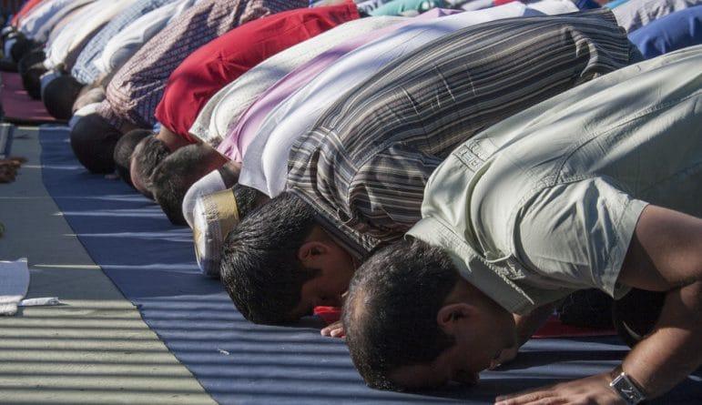 Musulmanes postrados